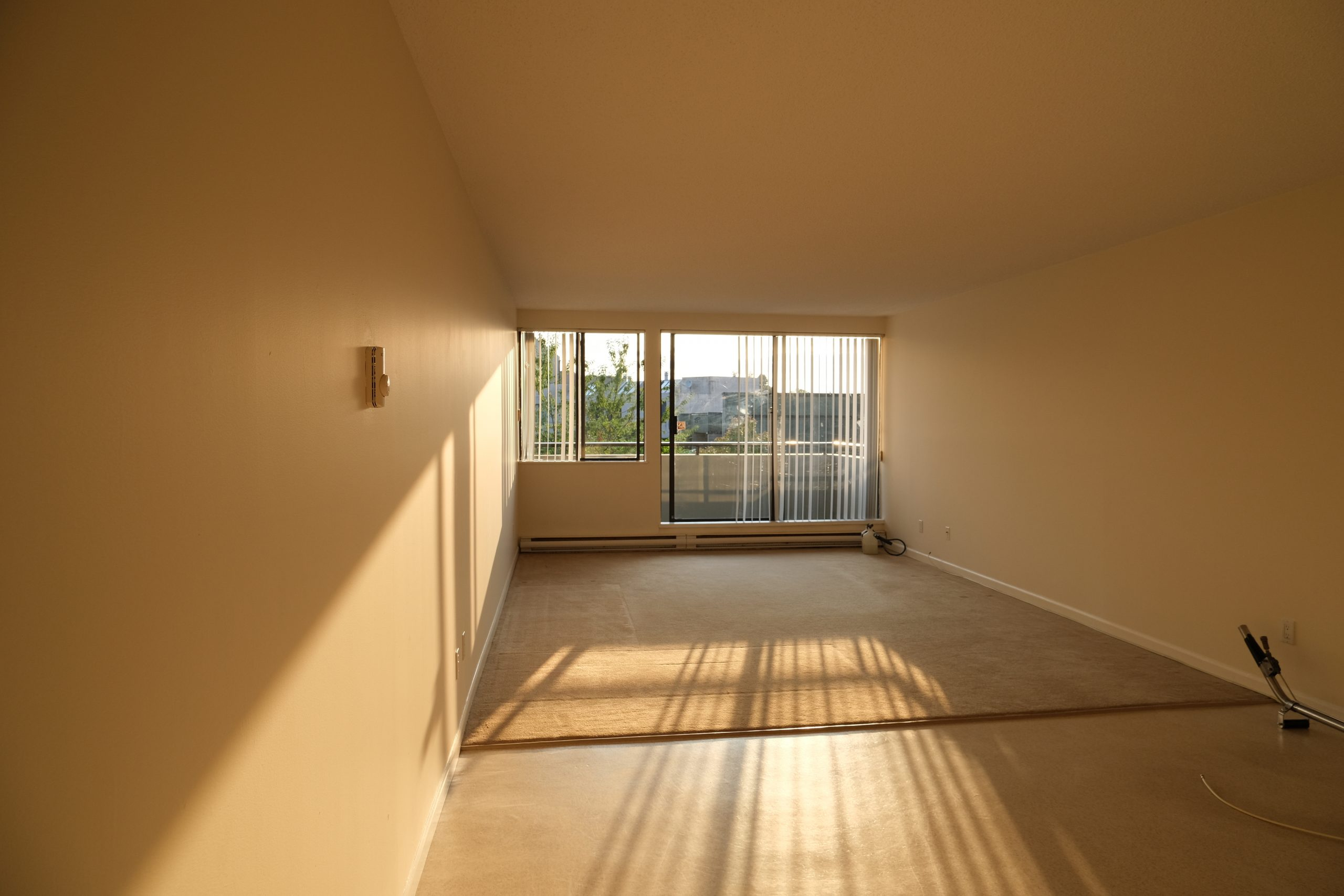 Large 2 Bed/ 1 Bath, Courtyard Views, Steps from Seawall